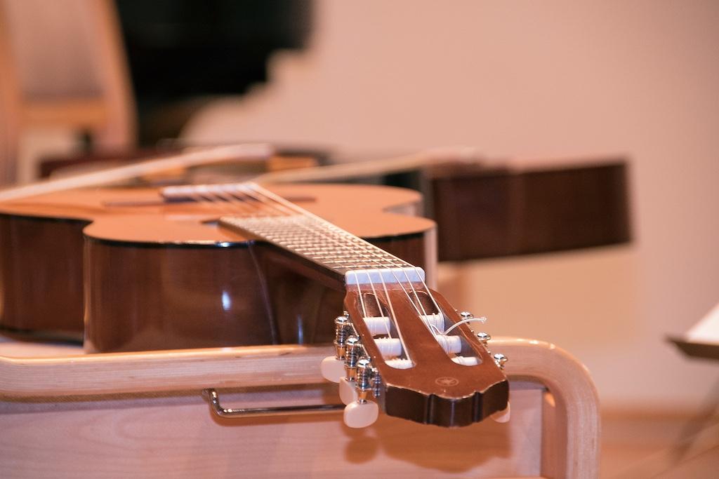 Kitara puutuolilla